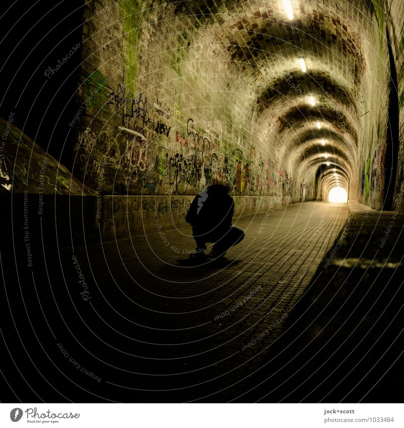 Vermessung mit Kennerblick maskulin 1 Mensch Saarbrücken Tunnel Gewölbe Fußgänger Tunnelbeleuchtung Tunneleffekt hocken leuchten warten dunkel lang Gefühle