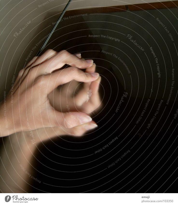 Jenseits ¦ Hand dunkel grau 2 Kraft Angst Finger Spiegel heiß Wut geheimnisvoll gruselig Panik Ärger Paradies