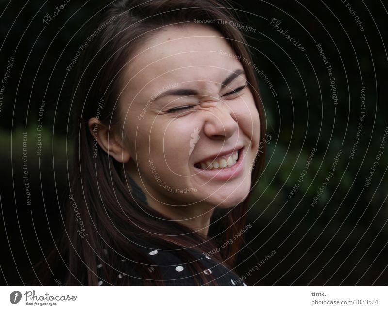 . feminin Junge Frau Jugendliche 1 Mensch Kleid brünett langhaarig Erholung lachen frech Fröhlichkeit Glück lustig positiv schön verrückt Gefühle Stimmung