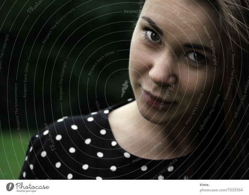 . feminin Junge Frau Jugendliche 1 Mensch Park Kleid brünett langhaarig beobachten entdecken Blick träumen warten schön Gefühle Glück Zufriedenheit Lebensfreude