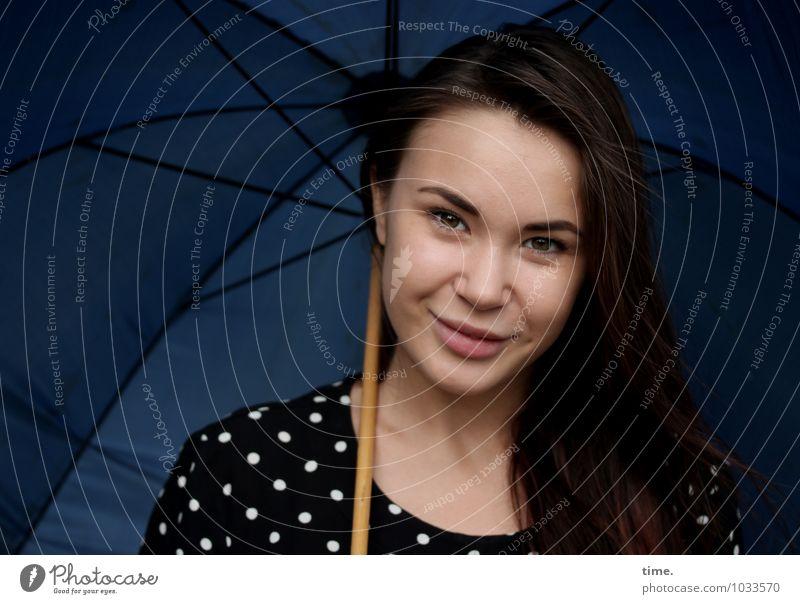 . feminin Junge Frau Jugendliche 1 Mensch Kleid Regenschirm brünett langhaarig beobachten Lächeln Blick warten schön Zufriedenheit Lebensfreude Vertrauen