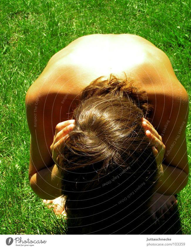 Ich will nichts hören Mensch Gras klein Angst Macht Trauer hören Wut Verzweiflung schlecht hocken hilflos ducken trotzig