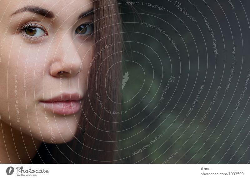 . Mensch Jugendliche schön Junge Frau ruhig feminin Denken Park warten beobachten Neugier Gelassenheit Überraschung Konzentration Wachsamkeit brünett