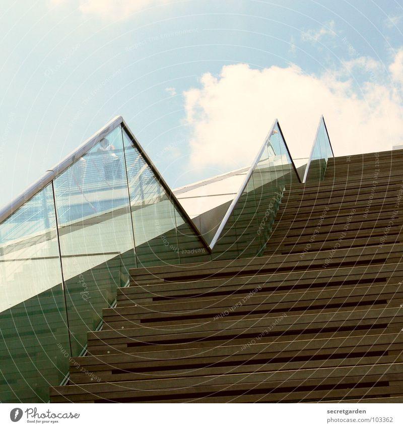 upstairs II Holz Reflexion & Spiegelung Tourist anlehnen Beton anstrengen Himmel Sommer Wolken Detailaufnahme modern Treppe aufwärts Geländer durchsichtig Glas