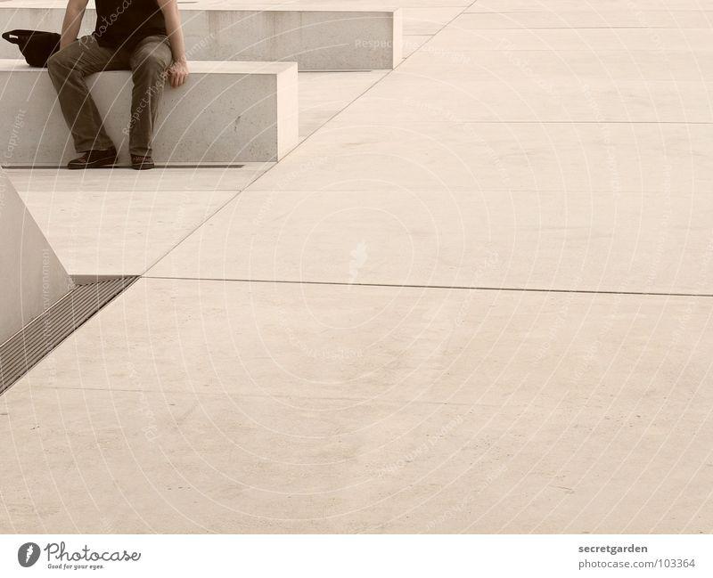 pause Beton weiß Pause Erholung Müdigkeit Mann Abfluss Wasserrinne Sommer Hemd Tasche Mensch Platz Verkehrswege modern Erschöpfung Bank betonbank Detailaufnahme