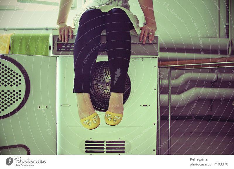 washsaloon and 50s feeling Frau Hand gelb träumen Beine Schuhe warten sitzen Tisch Wäsche waschen Wäsche Waschmaschine Waschtag