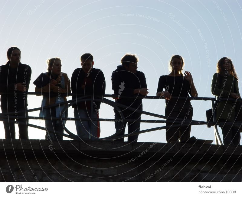 schwarze gestalten Menschengruppe Brücke Weimar Thüringen