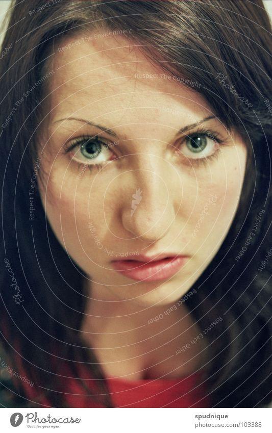 Versuchte Unschuld Porträt feminin Frau frontal schön Auge Detailaufnahme Momentaufnahme