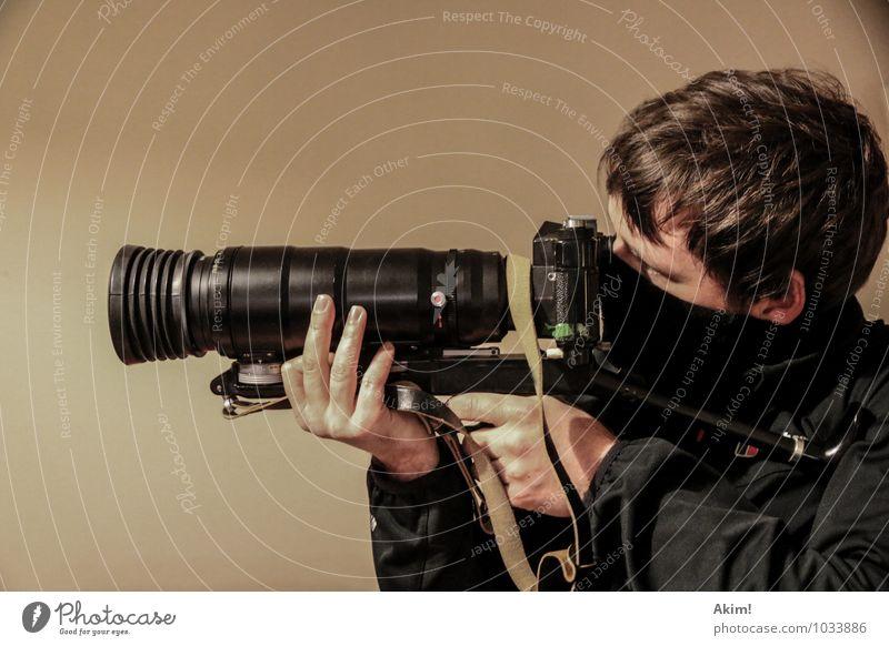"""Foto""""shooting"""" Freizeit & Hobby maskulin Junger Mann Jugendliche Erwachsene 1 Mensch 18-30 Jahre 30-45 Jahre beobachten entdecken Aggression bedrohlich Ferne"""