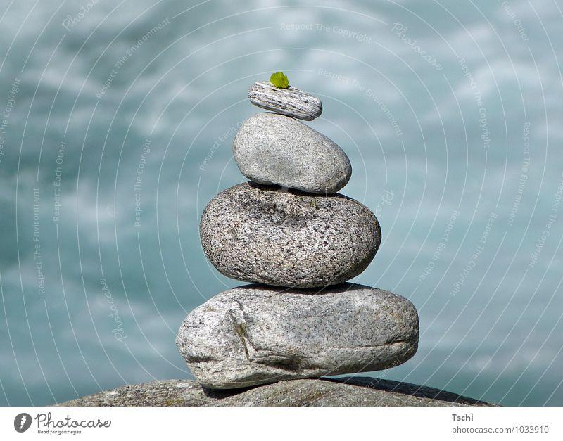 Balace, Steine am Wasser harmonisch ruhig Meditation Blatt Erholung frisch natürlich blau grau grün weiß achtsam Gelassenheit geduldig Zufriedenheit einzigartig