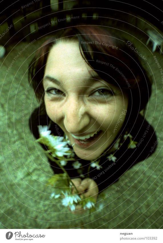 das freche gartenkarnickel Fischauge verrückt Gefühle grün Blume Sommer hässlich Porträt Frau Weitwinkel Freude woman Garten lachen Nase Auge Mund
