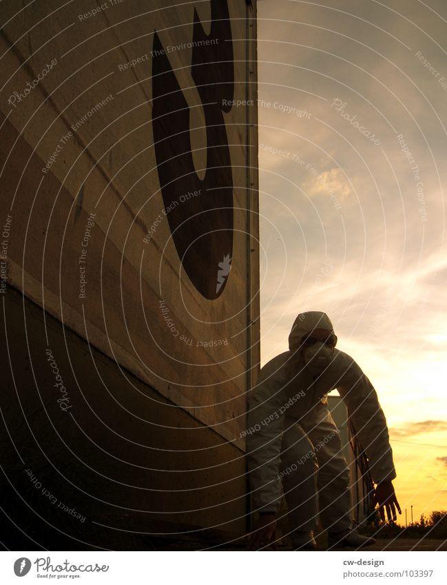 [b/w] white shaolin style - part III Arbeitsanzug Quarantäne Labor Laborant Schutzanzug Anzug Sicherheit maskulin 2 Reflexion & Spiegelung wo Gelände