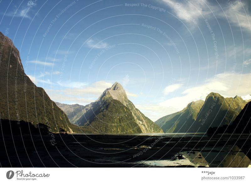 the sound of silence. Natur Landschaft Hügel Felsen Berge u. Gebirge Gipfel Küste Strand Bucht Fjord Meer Fluss Fernweh Milford Sound Neuseeland
