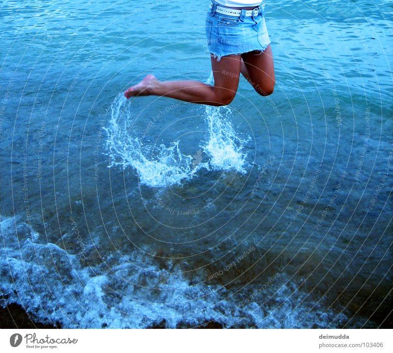 Hurra !!! ...ach ne, doch nicht Frau Wasser Meer blau Freude Strand feminin springen Glück Fuß Sand Beine braun Haut nass süß