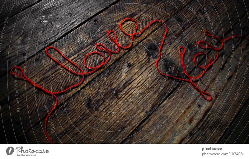 Schreibschrift rot Liebe Holz Zusammensein Kommunizieren Schriftzeichen Bodenbelag Buchstaben schreiben Zeichen Verbindung Symbole & Metaphern Typographie Nähgarn Holzfußboden Zuneigung