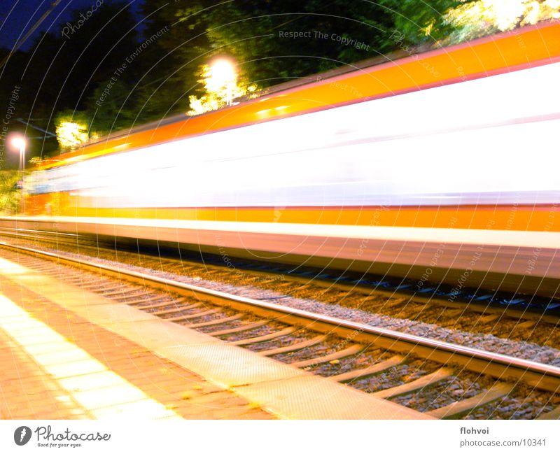 Zug um Zug 1 Eisenbahn Nacht Langzeitbelichtung Ferien & Urlaub & Reisen Gleise db Station kurze begegnung auf dem sprung