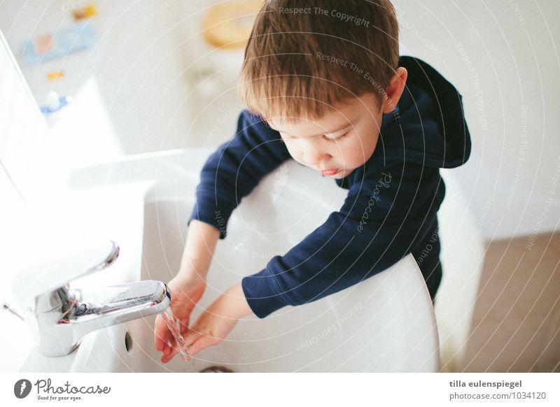 Kleiner Waschbär Mensch Kind Wasser weiß Hand Leben Junge Gesundheit hell Wohnung maskulin Kindheit niedlich Sauberkeit Neugier Reinigen