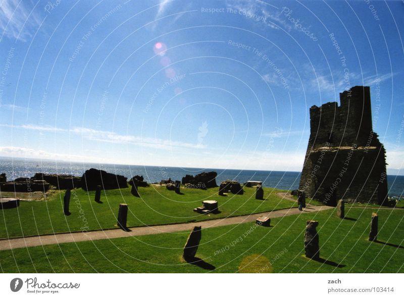 ...und ganz hinten ein Segelboot Gegenlicht Wales England Ruine Burgruine Meer Küste grün Vergänglichkeit See historisch verfallen Ferien & Urlaub & Reisen alt