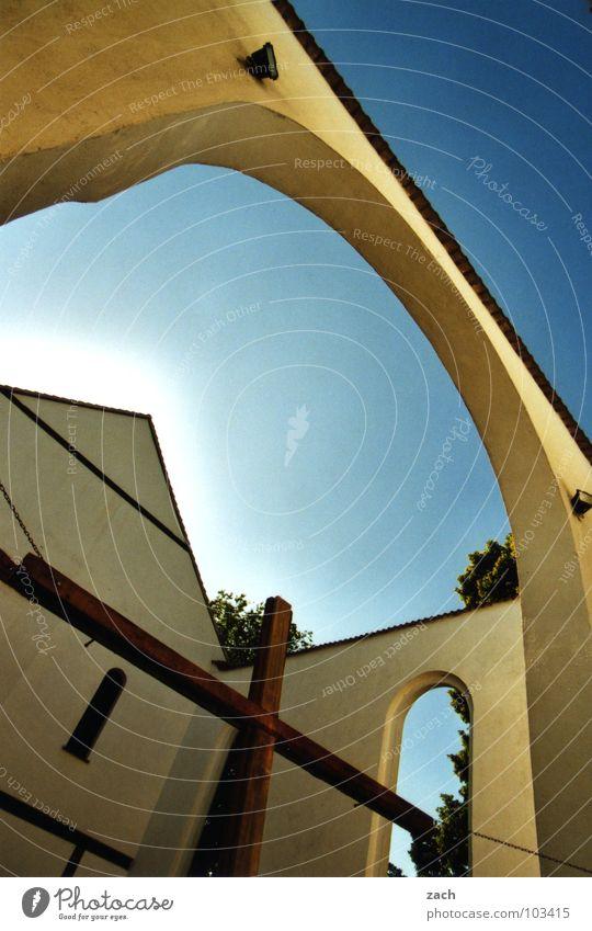 Kirche im Dorf... Religion & Glaube Gebet Kruzifix Götter Geistlicher Geborgenheit weiß Wand Dach Gotteshäuser Vertrauen Moral Rücken Päpste Pope blau Himmel