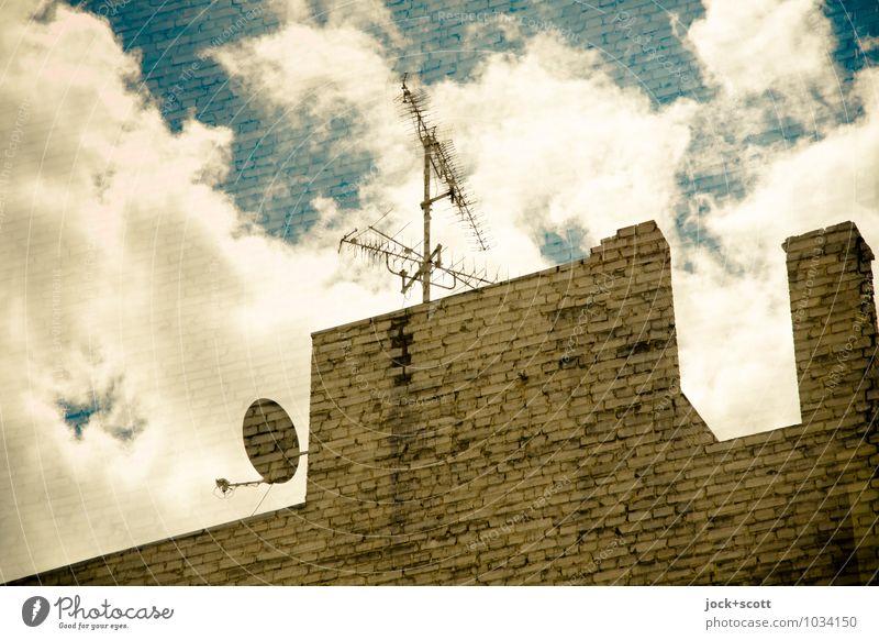 Brandmauer TV Satellitenantenne Wolken Kreuzberg Schornstein Antenne Backstein diagonal komplex Surrealismus Irritation Reaktionen u. Effekte empfangsbereit