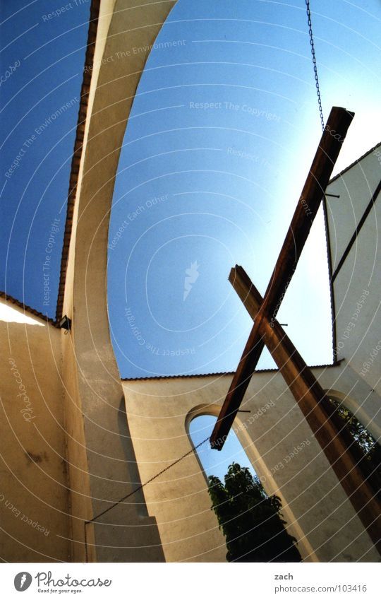 Kirche im Dorf... Himmel weiß blau Sonne Wand Religion & Glaube Rücken offen Dach Klarheit Vertrauen Gebet Kruzifix Gott Götter Geistlicher