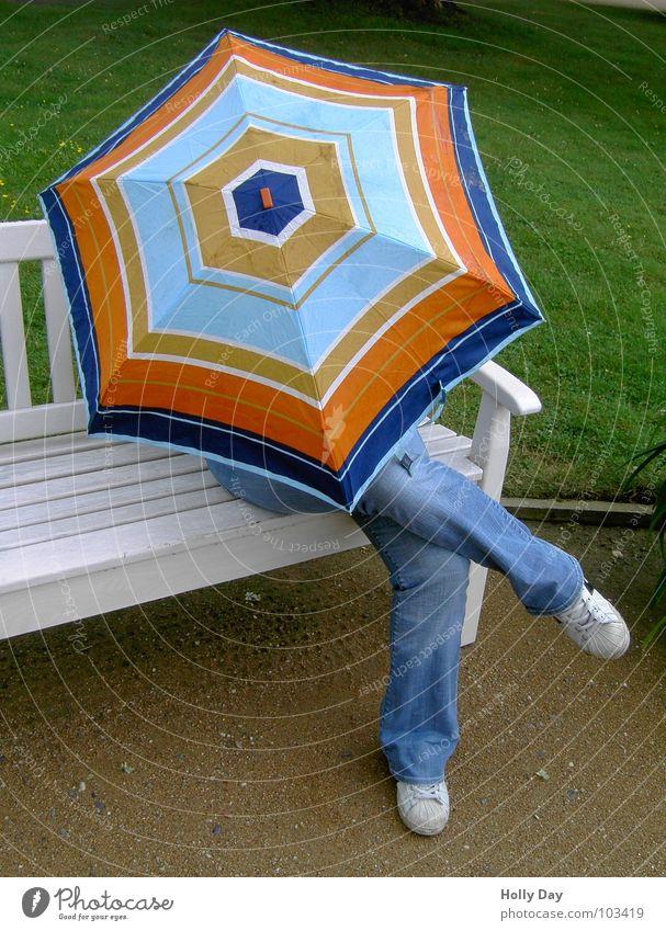 """""""Wer unter dem Schirm... mehrfarbig weiß Park Turnschuh Herbst Regenschirm Farbe sitzen Bank Geborgenheit Jeanshose Erholung Psalm kreuzen Beine verstecken"""