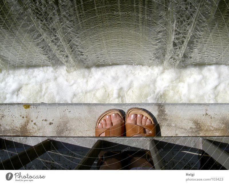 Füße waschen...!?!?! Wasser weiß Sommer grau Fuß braun Schuhe rosa nass Brücke stehen Fluss fallen Geländer Sturz Am Rand
