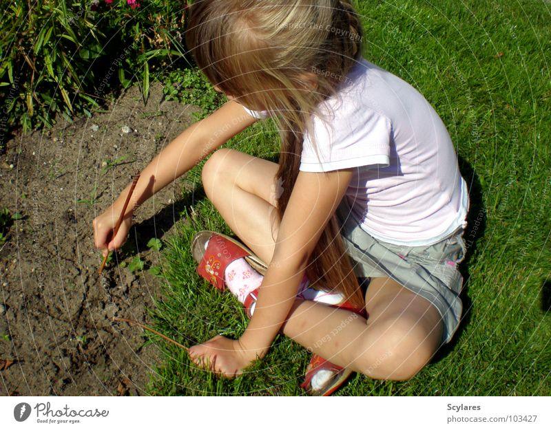 In Kreativität vertieft Mädchen Stock Kind Sommer langhaarig blond schreiben Sand Rasen zeichnen Zweig sitzen