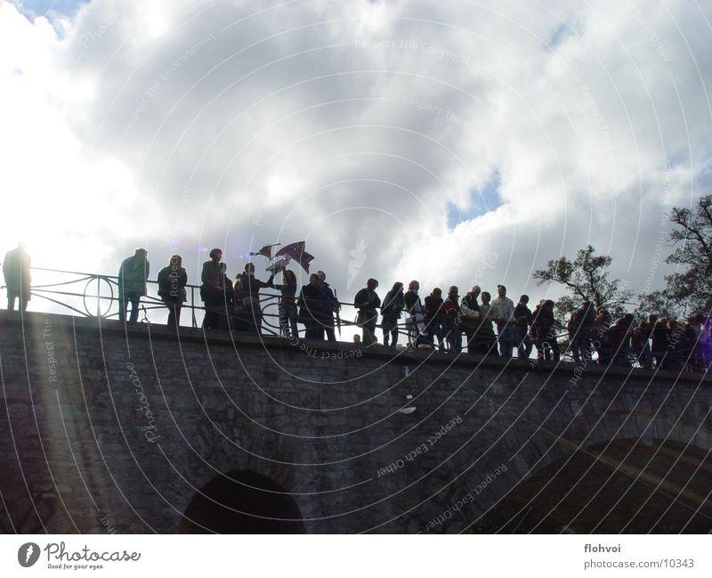 fliegende kisten Sonne Wolken Menschengruppe Brücke Weimar