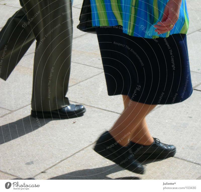 old walking Zusammensein gehen Schuhe Hose mehrfarbig Hand Bekleidung Verkehrswege alt maschieren Straße Kopfsteinpflaster Markt