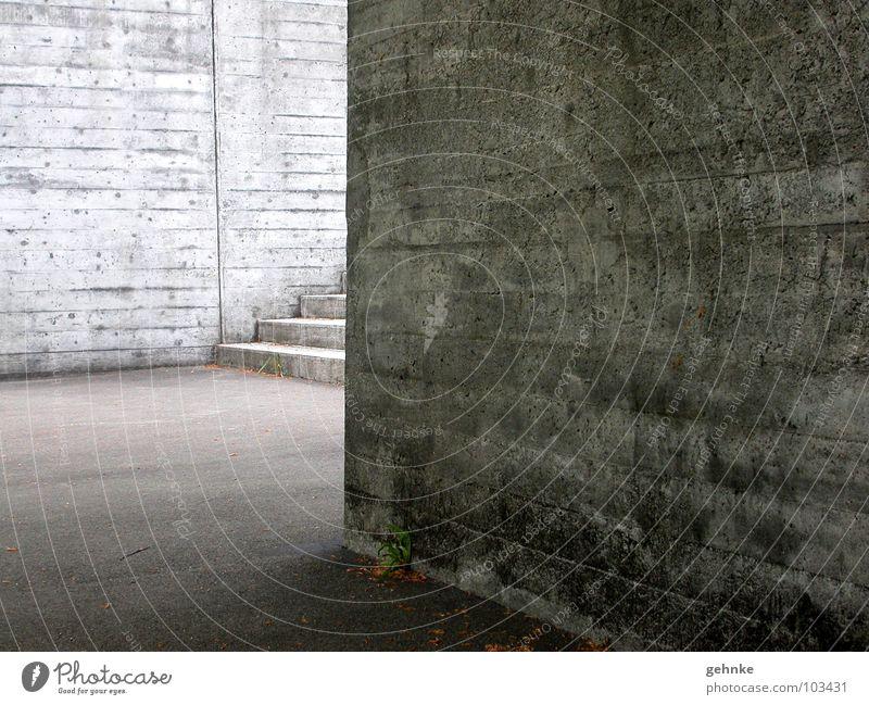Treppe um die Ecke I Beton l Kirche alt hart Licht Verschiedenheit Erwartung geheimnisvoll Hoffnung Gotteshäuser Architektur Detailaufnahme verschalt Schatten