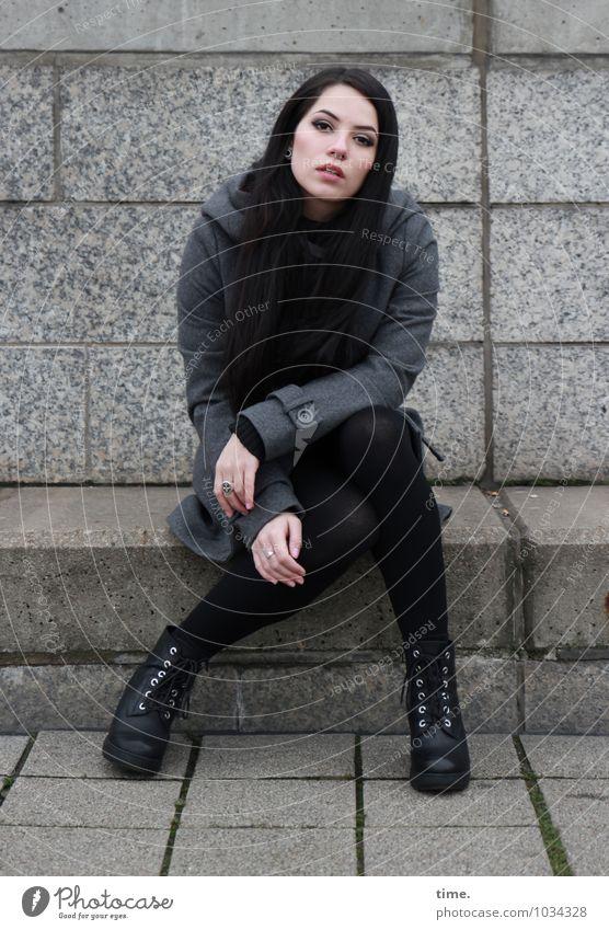 . feminin Junge Frau Jugendliche 1 Mensch Mauer Wand Treppe Mantel Schuhe schwarzhaarig langhaarig beobachten Blick sitzen warten schön Vertrauen Wachsamkeit