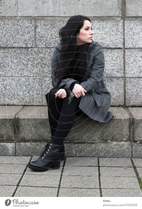 . feminin Junge Frau Jugendliche 1 Mensch Mauer Wand Mantel Piercing Schuhe schwarzhaarig langhaarig beobachten Denken Blick sitzen warten schön Wachsamkeit