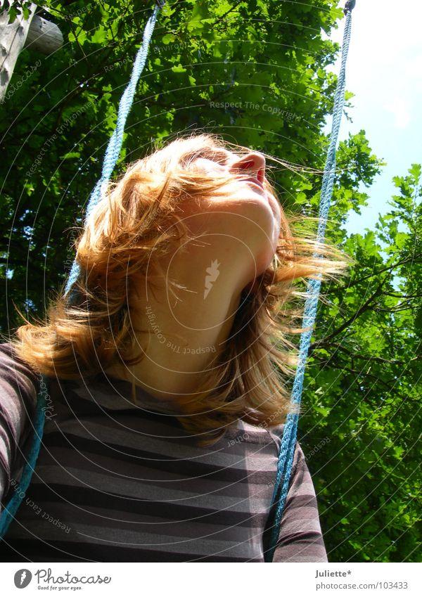 Kindheitserinnerungen Frau Baum grün Sommer ruhig Einsamkeit Frühling träumen Denken Niveau Frieden Schaukel