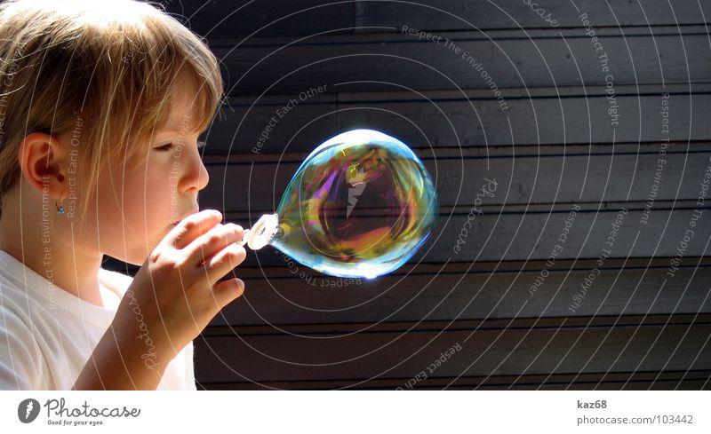 Seifenblase rund blasen Regenbogen Fröhlichkeit mehrfarbig Luft schwarz Laune Hintergrundbild Holz Spielen Aktion Lauge Mädchen blond Jugendliche Kind