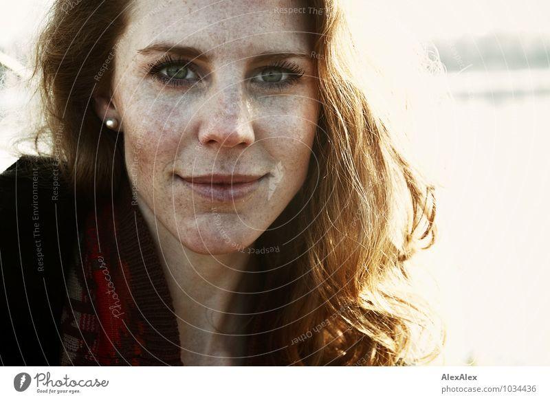 Ela Junge Frau Jugendliche Haare & Frisuren Gesicht grüne Augen Sommersprossen 18-30 Jahre Erwachsene Natur Mantel Ohrringe rothaarig langhaarig glänzend Blick