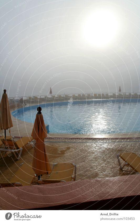 Nebelurlaub Wasser Himmel Meer Sommer Strand Stein Küste Seil Schwimmbad liegen Sonnenschirm Pfütze Morgennebel