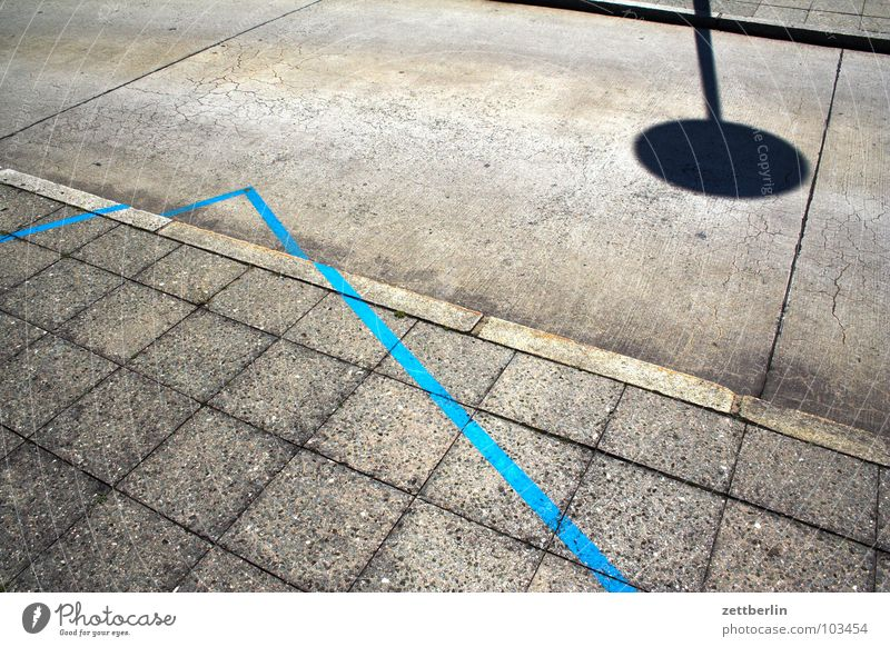 Blauer Winkel blau Straße Linie Schilder & Markierungen Ecke Bodenbelag Bürgersteig zeigen Richtung Verkehrswege Fuge Bordsteinkante Bodenplatten Verkehrsschild