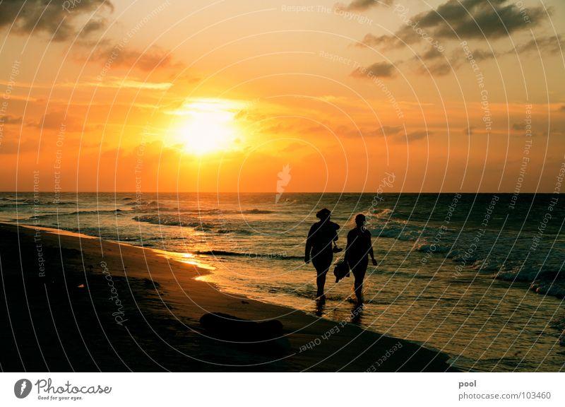 Sonnenuntergang Mensch Wasser Meer Strand Ferien & Urlaub & Reisen Wolken Stimmung Wellen Küste Horizont Spaziergang Abenddämmerung Karibisches Meer