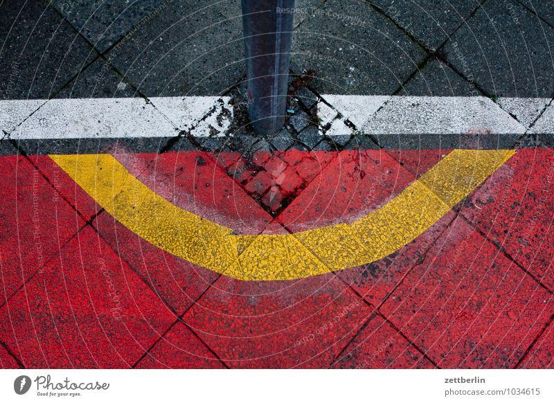 Poller bitte weiträumig umfahren Berlin Fahrbahnmarkierung Fahrradweg Farbe Kurve Linie Schilder & Markierungen Ordnung Stadt Straße Stadtleben Vorstadt