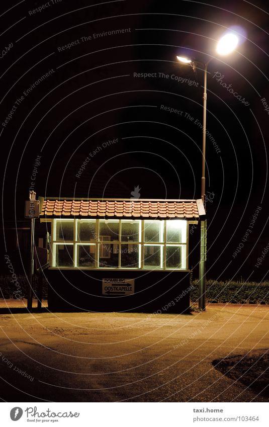 Warten Einsamkeit Bushaltestelle warten Nacht dunkel Straßenbeleuchtung Fenster Dach Niederlande Lampe Licht Wiese Flutlicht schwarz braun Backstein Dorf