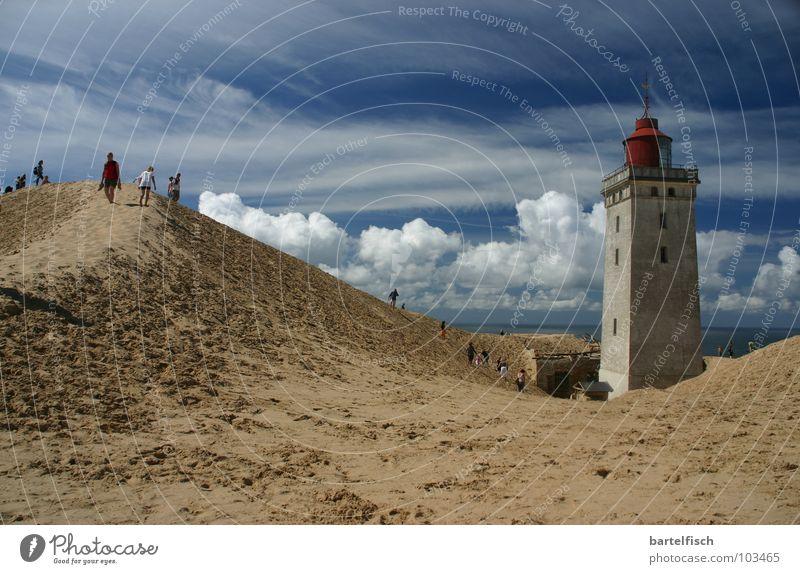 Sandfeuer II Farbfoto Außenaufnahme Textfreiraum links Textfreiraum oben Tag Kontrast Starke Tiefenschärfe Weitwinkel Strand Meer Wellen Haus Erde Wind Sturm