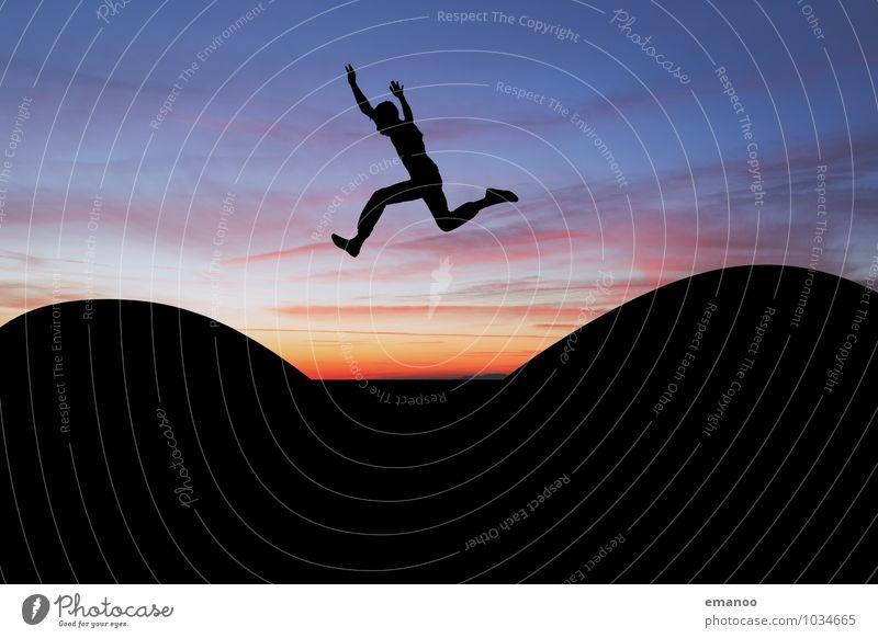 mit Schwung im Sprung Mensch Himmel Ferien & Urlaub & Reisen Jugendliche Freude Junger Mann Ferne Leben Gefühle Sport Freiheit fliegen springen Horizont