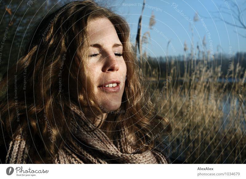 Sonnenbad Ausflug Junge Frau Jugendliche Haare & Frisuren Gesicht 18-30 Jahre Erwachsene Natur Landschaft Schönes Wetter Schilfrohr Sträucher Seeufer Schal