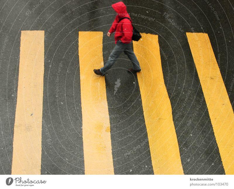 zur alten Grossmutter Zebrastreifen Fußgänger gelb Asphalt Verkehr Stadt gehen Überqueren betoniert Teer Streifen nass Regen rot Kapuze Tasche Verkehrswege