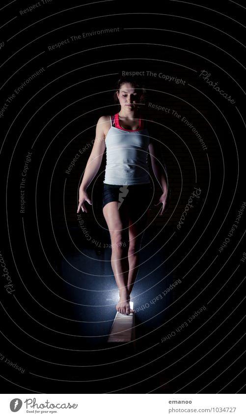 Das Mädchen auf dem Schwebebalken Mensch Frau Jugendliche Junge Frau ruhig Erwachsene Leben feminin Stil Sport Lifestyle Zufriedenheit Körper stehen Fitness