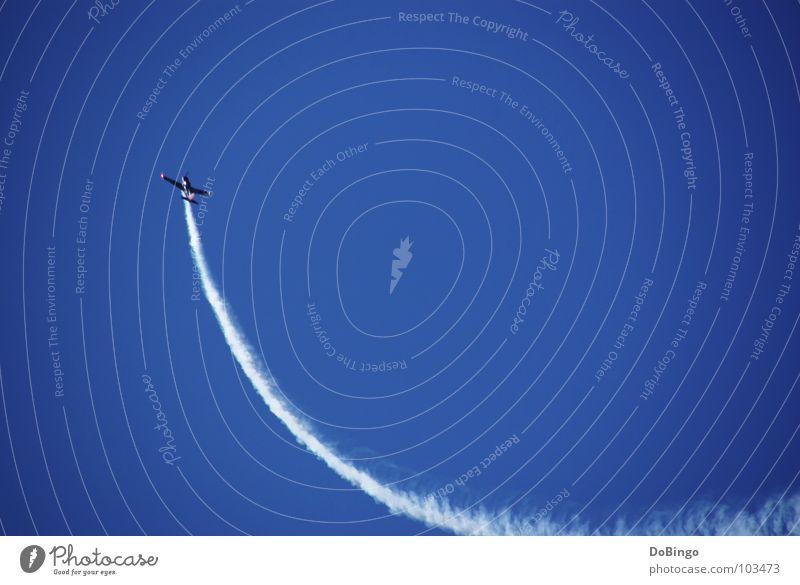 Aufschwung Flugzeug Kunstflug Schwanz weiß Wolken Panik Beschleunigung Angst Sommer Luftverkehr Achterbahn Rauch Himmel blau Linie Wasserdampf Flügel aufwärts