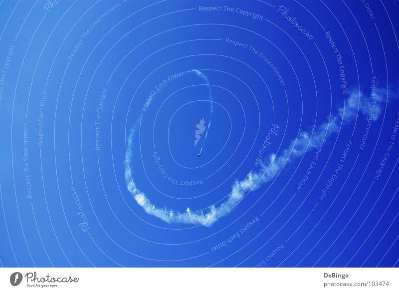 Ich kaufe ein E Flugzeug Kunstflug Schwanz weiß Wolken Panik Beschleunigung Buchstaben Angst Sommer Luftverkehr Achterbahn Rauch Himmel blau Linie Wasserdampf