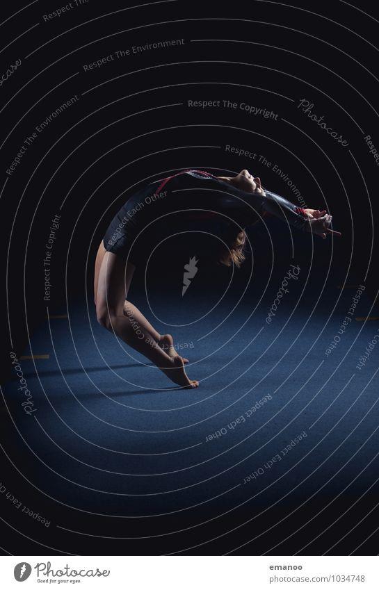 bewegliche Turnerin macht eine Pose am Boden Turnen Frau Menschen im Innenbereich Kunstturnen Gleichgewicht Vitalität Training Dehnung üben Konzentration