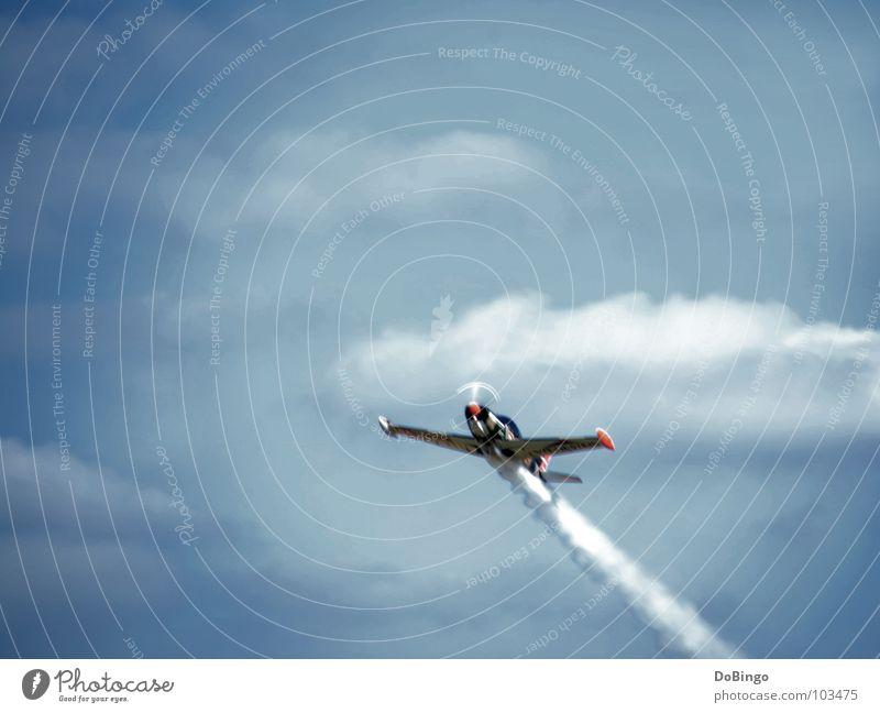Überflug Erlaubnis Flugzeug Kunstflug Schwanz weiß Wolken Panik Beschleunigung Sommer Angst Luftverkehr Achterbahn Rauch Himmel blau Linie Wasserdampf Flügel